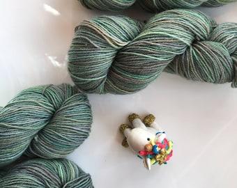 Dark green hand dyed yarn, 5-ply guernsey, 100 grammes, 220 metres, pure British wool, variegated yarn, green, dark neutrals - BROCELIANDE