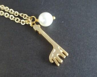Gold Necklace, Giraffe Necklace, Giraffe Pendant, Animal Necklace, Swarovski Pearl Necklace, Friend Gift, Fashion, Jewelry Gift