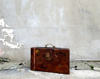 Stunning Antique Leather Suitcase with Original Key - Perfect Display & Use