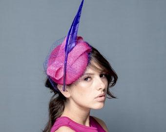 Fuchsie Pill Box Hut mit violetten langen Feder und Netz, cocktail Baskenmütze mit langen Federn und Schleier, Rennen Hut in Fuchsia nad lila Farbe