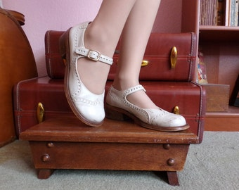1960s White Leather Wingtip Mary Janes Sandals - Vintage Wedding Shoes Size US 7, EU 36