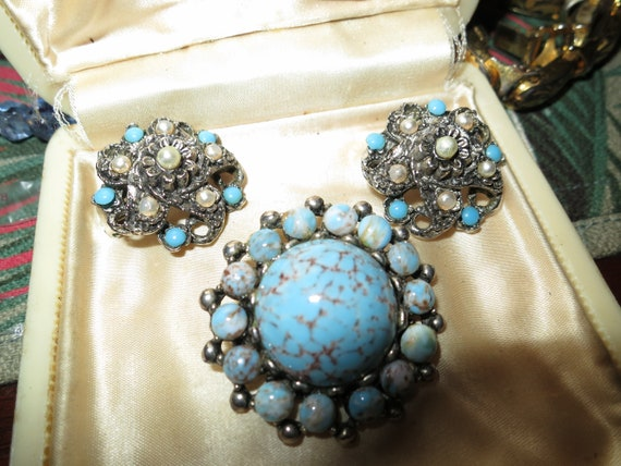 Lovely vintage set of silvertone Scottish fx  turquoise brooch clip on earrings
