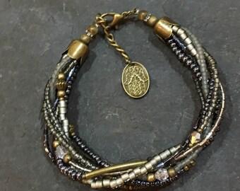 Handgemachtes / Handgemacht Perlen Armband aus Toho Perlen. Mit Hamsa Hand der Fatima Anhänger.