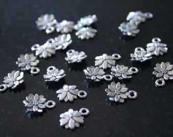 30 antique silver flower charm. (ref:2704).