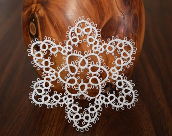 tatted snowflake//large//white//4 inches