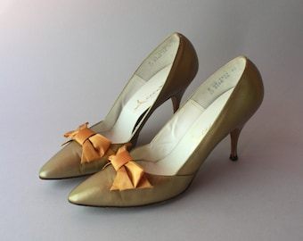 1960s Shoes / Vintage 60s Metallic Gold Bow Heels / 60s Leather Pointed Toe Stilettos 8 narrow