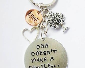 DNA macht nicht eine Familie Liebe macht Schlüsselanhänger Gestempelt personalisierte Schlüsselanhänger Muttertag Geschenkidee