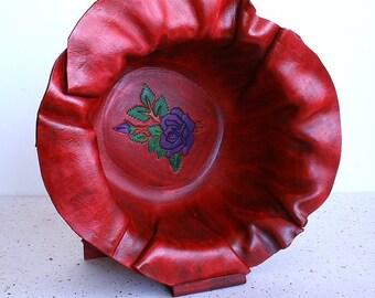 Design sculpté dans un bol en cuir