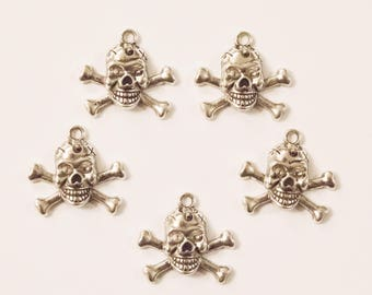 Set of 5 skull with scars and cross bone charms