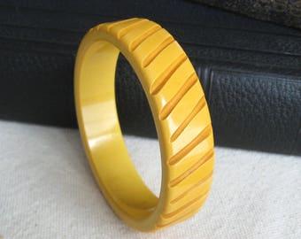 Bakelite Bangle / 1940s Jewelry / Carved Bakelite Bracelet