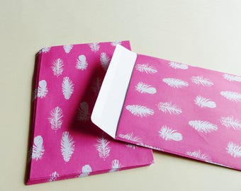 10 sobres de color rosados con pluma blanca 11.4X16.2 cm rectangular 10 x C6 apertura hacia arriba