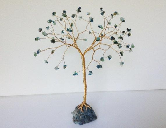 Grünen Draht Baum Skulptur. Grün und Gold-Edelstein-Baum.