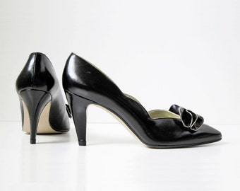 1980s vintage black gold bow high heel scalloped edge pump shoes 7 7.5