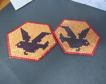 Free Shipping in USA Pair of 6 Sided Wood Trivets Red Trim Natural Wood Black Bird Crow  2672