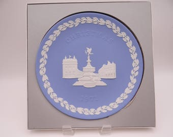 "1971 Wedgwood Jasperware Blue and White Christmas Plate ""Buckingham Palace""  in Original Box"