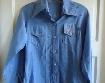 Vintage 70s EMBROIDERED Chambray Shirt w Duckie Print on Back sz S