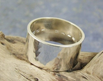 Your custom inscription - Hammered silver ring - Soft Reflections