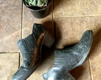 Size 6// Western style black leather chelsea boots//cowboy ankle boots