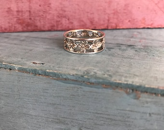 Size 8.75 Sterling Silver Plumeria Flower Band Ring 3g. Stamped 925
