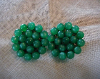 Vintage green beaded clip earrings. In very good vintage condition.