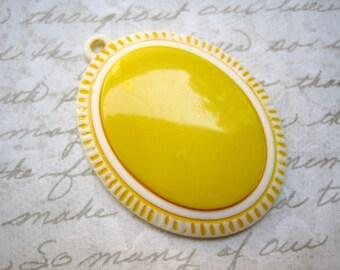 Sassy vintage pendant - yellow