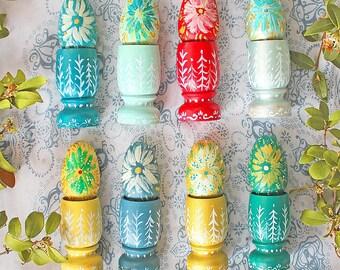 Oeuf de Pâques et son coquetier, en bois peint à la main, folklore russe, décoration Pâques/ Ostara, style gypsie, folk, bohême, folklorique