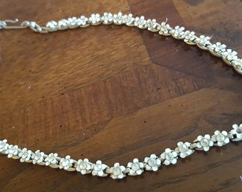 "Vintage 16"" necklace with little daisies"