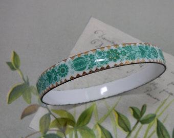 Green Enameled Flower Power Scandinavian Design Bangle Bracelet    PV28