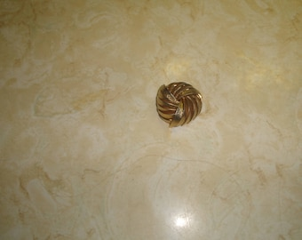 vintage pin brooch goldtone swirl monet