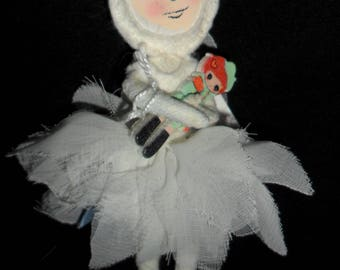 Brooch small bauble dancer and her doll