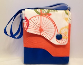 AC5- Crossover: bicycle bag with magnet closure, front and inside pocket and adjustable strap