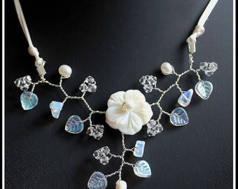 White wedding natural mother of Pearl Flower necklace