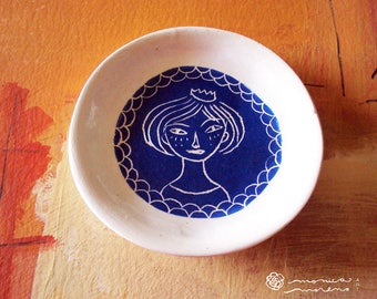 Angry queen ceramic ring holder dish