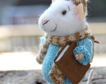 needle felted traveler mouse with book, tourist mouse, discoverer, felted mouse, felt animal, felt mouse, mouse with bag, eco toy, felt mice