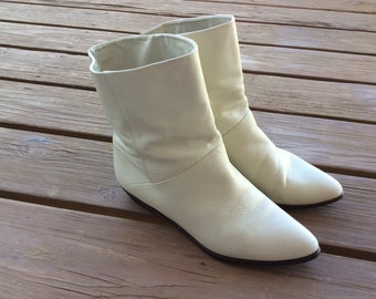 Vintage flat pixie boots retro size 9.5 funky flat heel 80s 90s leather off white