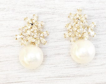 GOLD Pearl stud earrings. Bridal Earrings. Crystal Bridal Jewelry. Crystal stud Earrings. Wedding pearls Earrings. Bride pearl