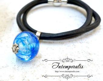 Bracelet en cuir et perle de verre filée chalumeau bleue, OOAK, SABRLWCU01