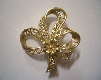 Vintage Shamrock Trefoil Ribbon ladies Sweetheart Pin gold tone ~ Peggy was the talk of the office. Moddities