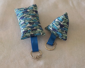 2 blue cars pattern key chain