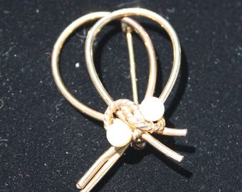 "Gold Filled brooch with two pearls marked Winard, 12K G F. Measures 1.25"" long"