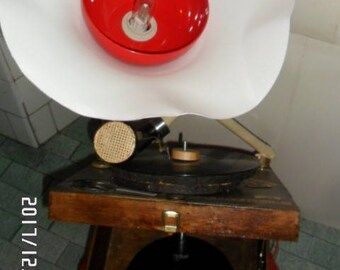 The gramophone that instead of playing lights created with recycled materials