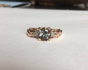 Grün Oregon Sunstone ring in Vintage Tri-Gold-setting