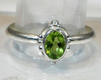 Ring in sterling silver with peridotite setting