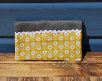 Protège chéquier talon haut en suédine grise, coton fleurs sur fond jaune