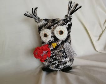 OWL crocheted in wool with a bouquet of pink. Hand made crochet home decor
