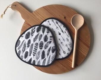 schwarzen und weißen Pfeil und Feder print Topflappen - Mothersday Geschenk - schwarze und weiße übereinstimmende print Topflappen - Boho-Küche-Topflappen