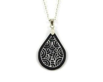 Collier goutte noire aux volutes irisées, collier graphique et élégant, collier fantaisie éco-responsable en plastique peint (CD recyclé)