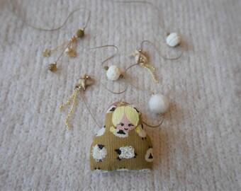 Sautoir ocre - poupette velour imprimé mouton écrus - perles écrues et ocre