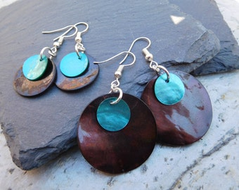 Layered disc earrings, made of shiny shell in contrasting black and turquoise blue.