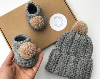 Grey crochet baby gift set, crochet baby bobble hat, crochet baby booties, gender neutral hat and booties, new baby gift, baby shower gift